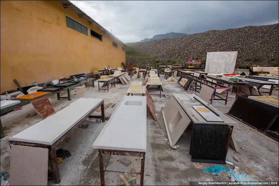 Треш-фабрика детских площадок в Албании
