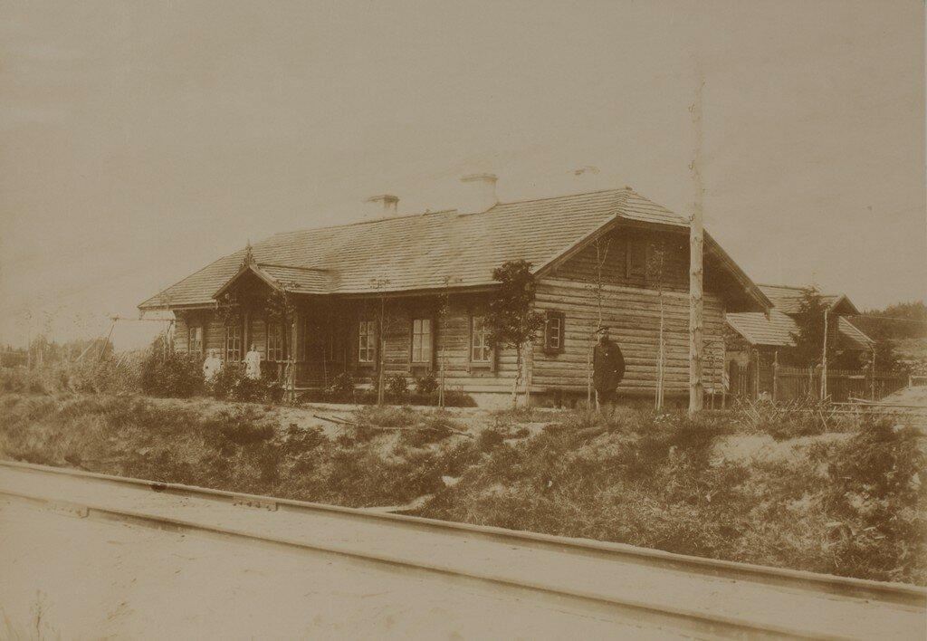 Рамоцкая. Большое железнодорожное строение на станции