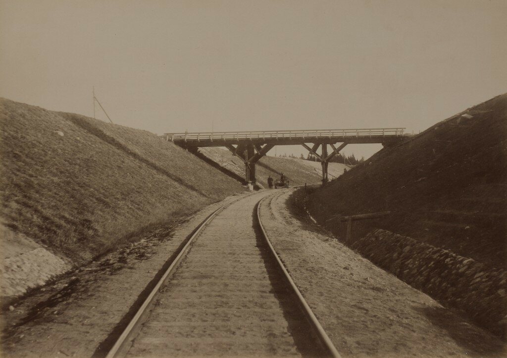 Лигате. Путепровод над железной дорогой возле железнодорожной станции