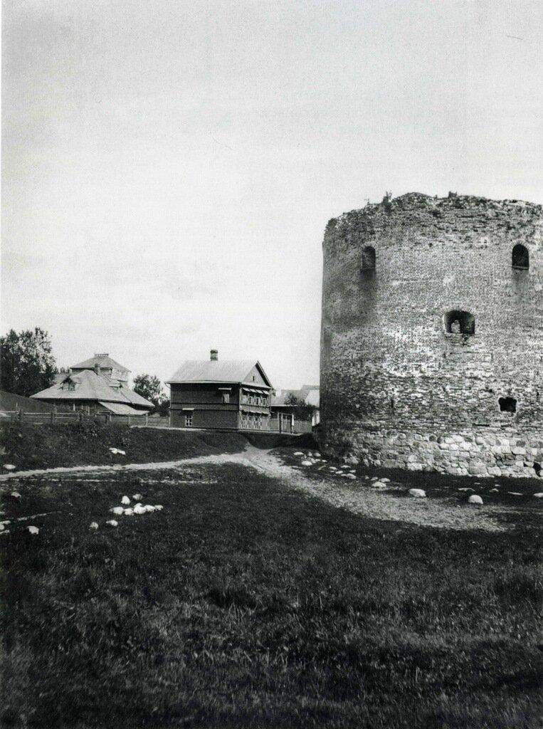 Троицкая улица и Алексеевская (Белая) башня 1582-1584.