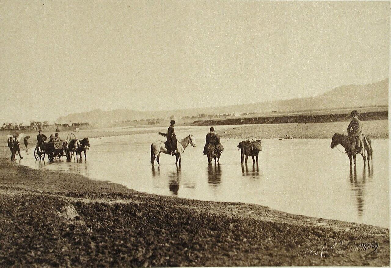 Всадники переходят вброд реку Карс-чай