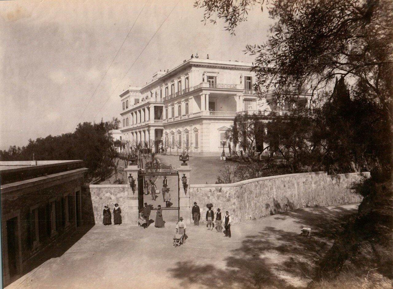 07. У входа во дворец