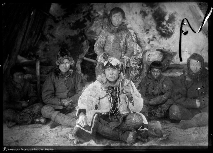 Якутский шаман в окружении якутов