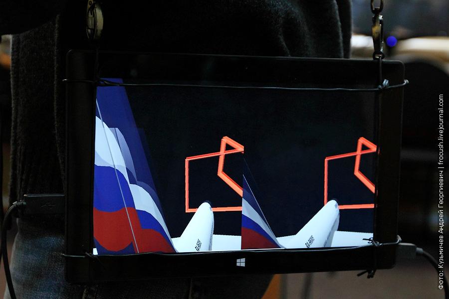 На экране планшета показано, что для каждого глаза добавляют эти очки к реальному изображению