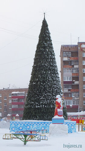 Фото города Инта №6426  Новогодняя искусственная ель, установленная на площади Ленина 13.01.2014_12:39