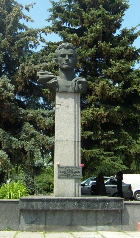 Памятник Герою Советского Союза Бевзу И. В.