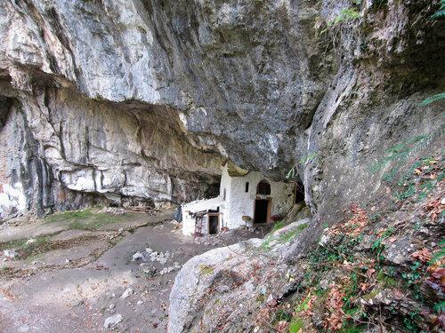 Пещера святого Дионисия Олимпийского