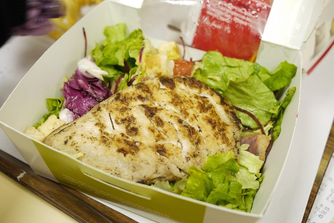 3. Салат цезарь в McDonald's является более калорийным, чем гамбургер. (Richard, enjoy my life!/CC B
