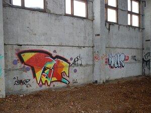Граффити на стенах недостроенного производственного корпуса