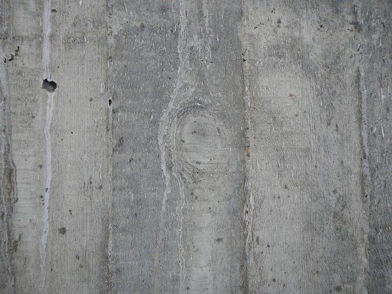 Отпечатавшаяся на бетоне структура досок опалубки