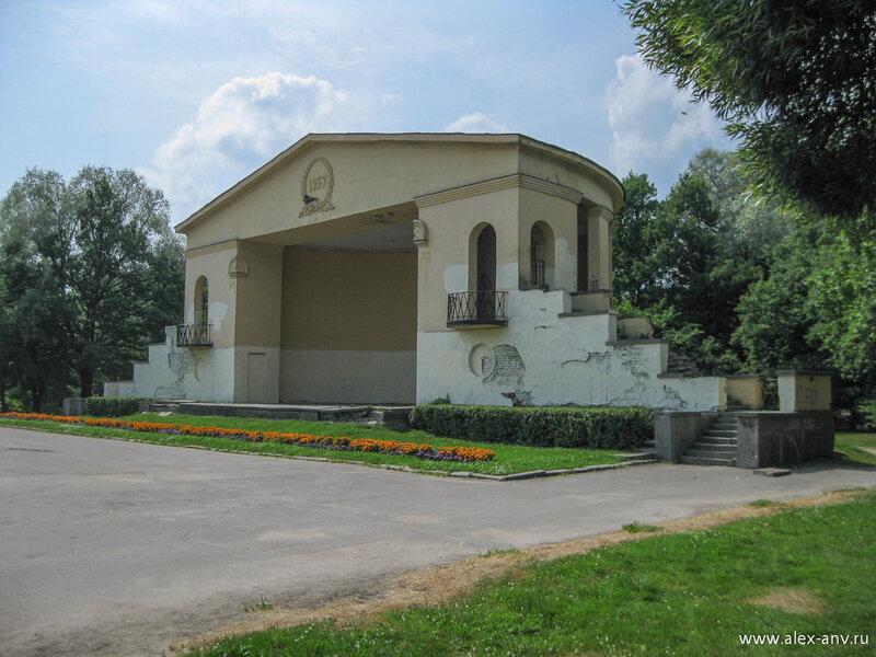 Московский парк Победы. Павильон летней эстрады. На момент съёмки он изрядно разрушен, но сейчас он уже полностью отреставрирован.