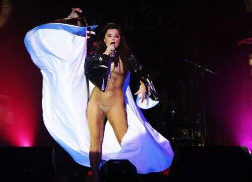 артисты россии на сцене без трусов фото видео вела себя