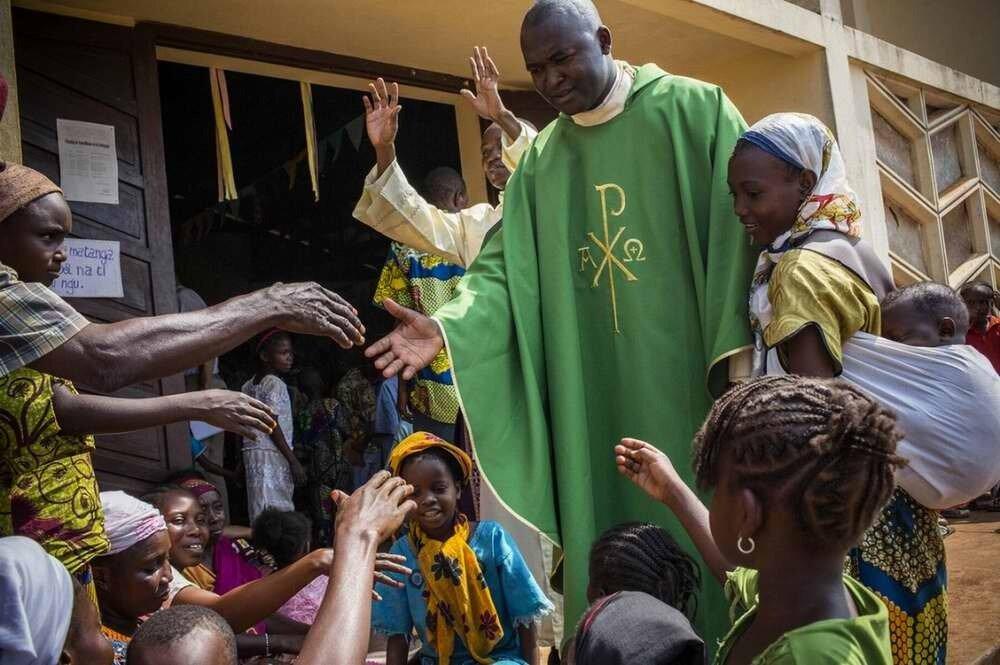 Аббат Ксавье из местного католического храма Сен-Пьер в знак мира во время мессы предлагает местным мусульманам укрыться внутри