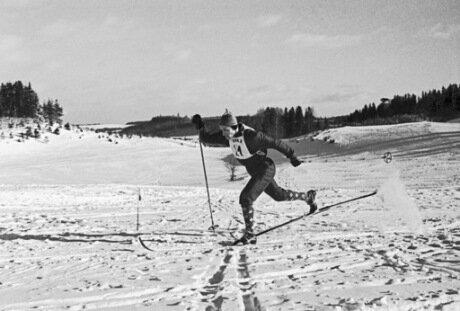 Олимпийский чемпион по лыжному спорту (1956), заслуженный мастер спорта СССР (1956), чемпион СССР (1953—1964) Павел Колчин во время тренировки.