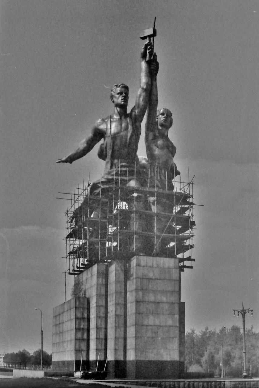 Знаменитая статуя Веры Мухиной
