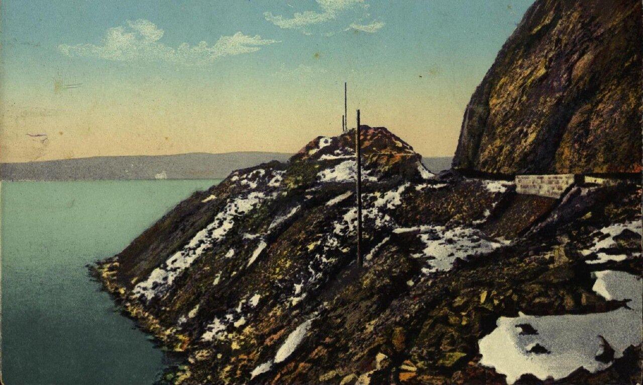 Байкал, скала и выемка близ пристани станции Мысовой
