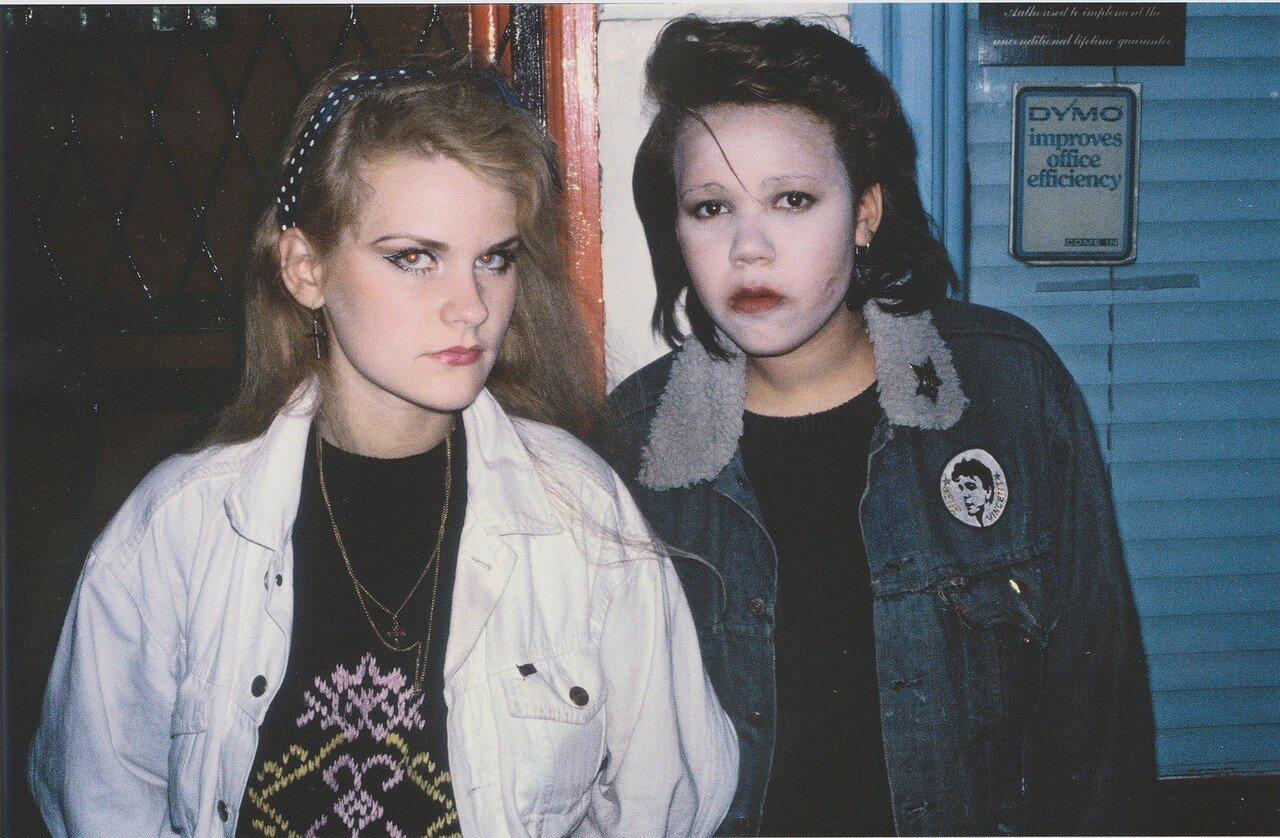 1980. Элизабет и Хелен возле клуба «Hell»