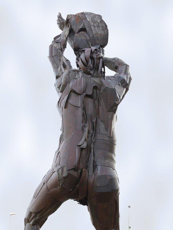 Кастельон де ла Плана,Avenida de la Mare de Déu del Lledó. Великан Томбатоссалс. monumento de Tombatossals
