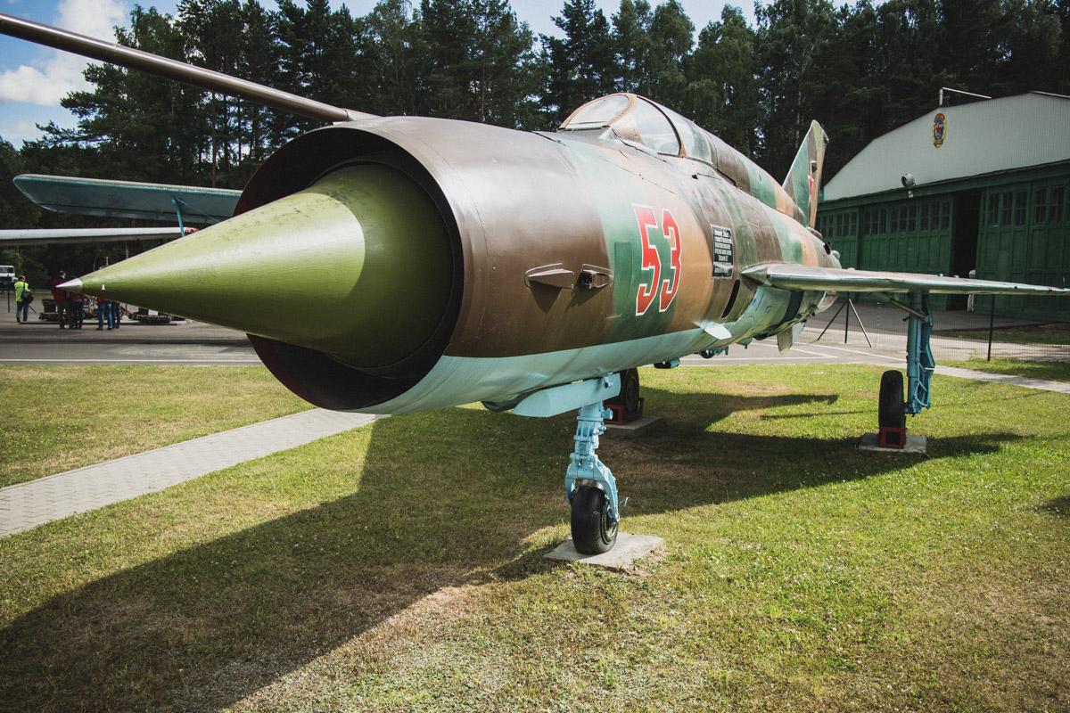 МиГ-21СМТ — фронтовой истребитель. МиГ-21 является одним из самых массовых самолетов мира. Серийно о