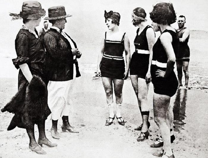 Слитные купальники — новомодные веяния в начале 20 века, которые принимались далеко не всеми.