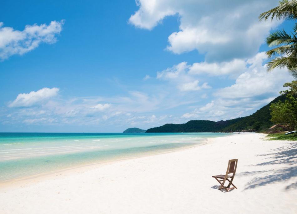 Фукуок— это просто райское место. Остров обрамлен белоснежными пляжами скристально чистой морской