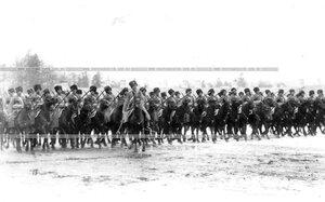 Подразделение полка проходит маршем мимо принимающих парад.