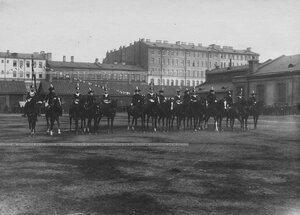 Офицеры бригады с дамами катаются на лошадях по плацу перед началом конных состязаний.