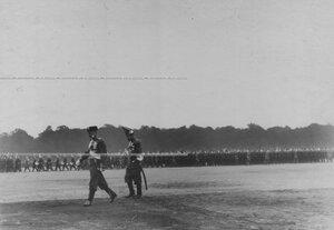Император Николай II в форме Павловского полка направляется принимать парад на Марсовом поле; впереди - великий князь Владимир Александрович.