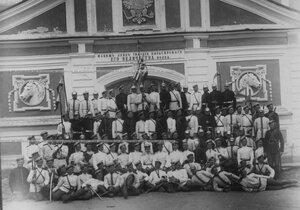 Группа солдат лейб-гвардии Кирасирского его величества полка у манежа.