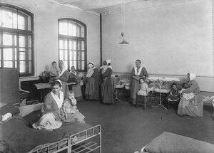 Женщины - заключенные с детьми в тюремной камере.
