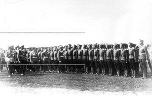 Император Николай II  в сопровождении свиты обходит выпускных  юнкеров Владимирского военного училища.