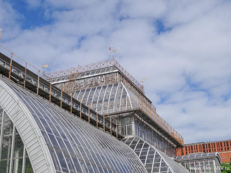 Флюгер на крыше одной из оранжерей