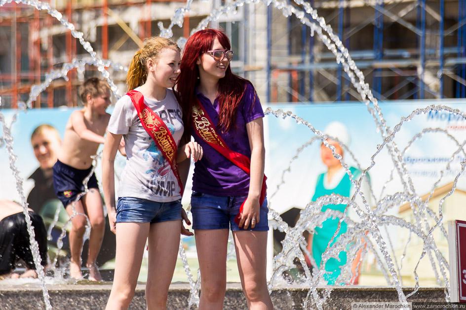 Выпускницы в фонтане