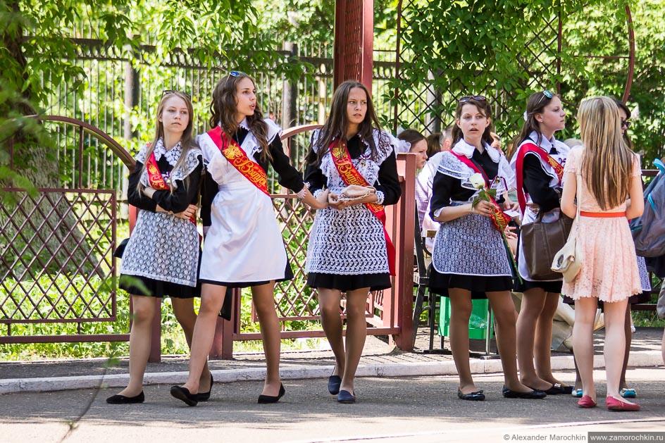 Школьницы выпускницы в школьной форме