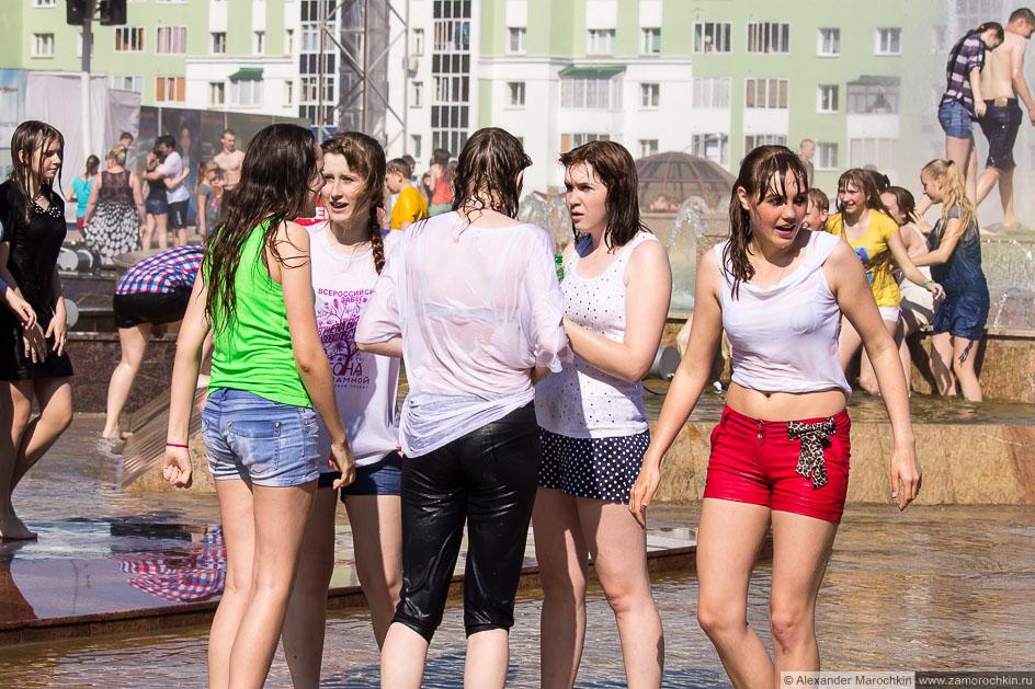 Девушки в фонтане