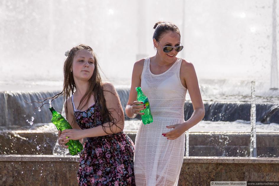 фото школьниц в мокрой одежде
