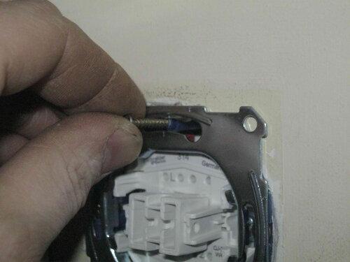 Фото 35. Теперь длина уплотнителя оптимальна, он не выступает за плоскость суппорта переключателя.