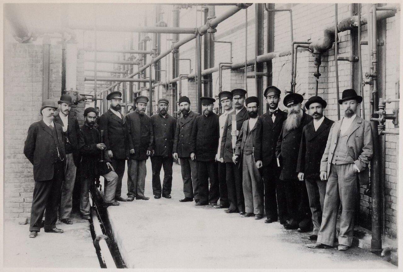 Работники дистилляционного цеха на заводе Нобеля в Баку