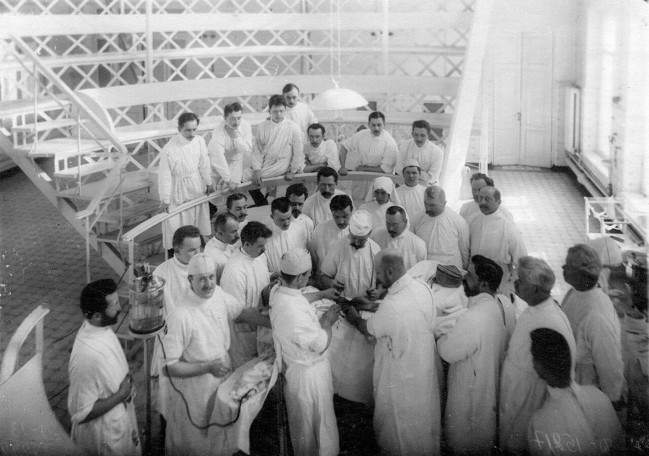 73. Группа слушателей академии на занятиях по анатомии стоит 4-ый справа (без шапки) профессор С.П.Федоров