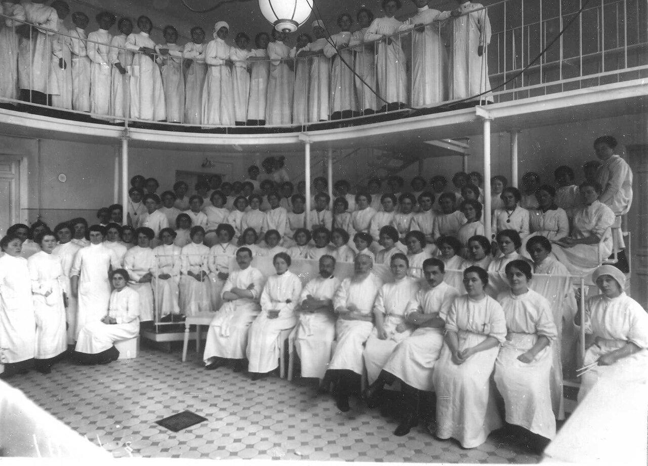 Профессор Кадьян А. А. и Ракицкий В. М. с ассистентами и группой студенток в аудитории перед началом занятий по госпитальной хирургии