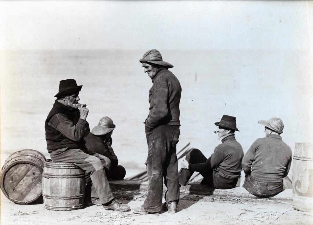 1885. Рыбаки на пристани