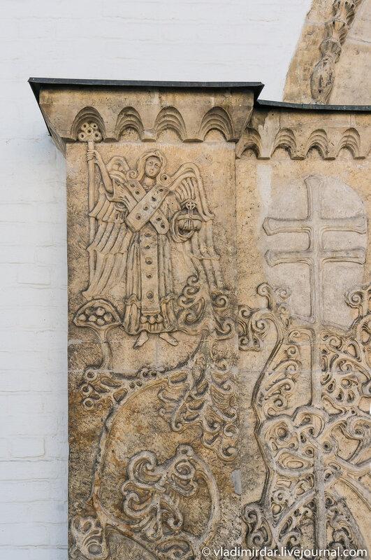 Фигура ангела. Фрагмент  декора Северных врат Покровского собора