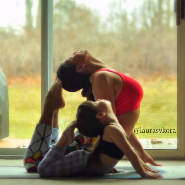 Мать с дочкой занимаются любовью