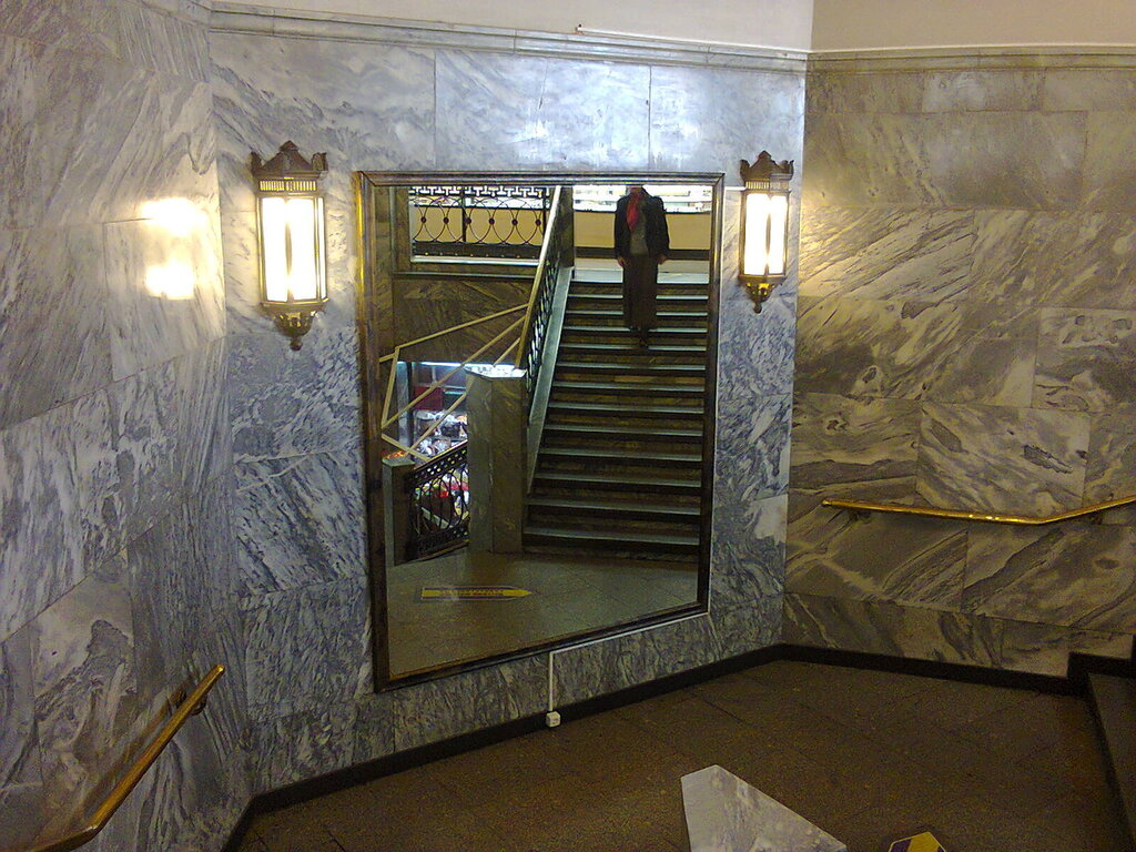 Лестница в универмаге «Большой Гостиный Двор» (Центральный район Санкт-Петербурга), июнь 2014 года.