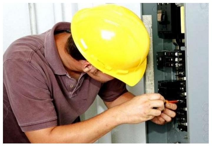 Фото 1. Дежурный электрик за работой.