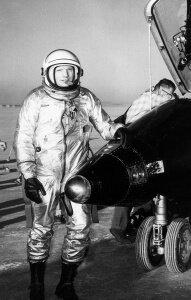 Нил Армстронг. Летал на X-15, но вовремя покинул проект.