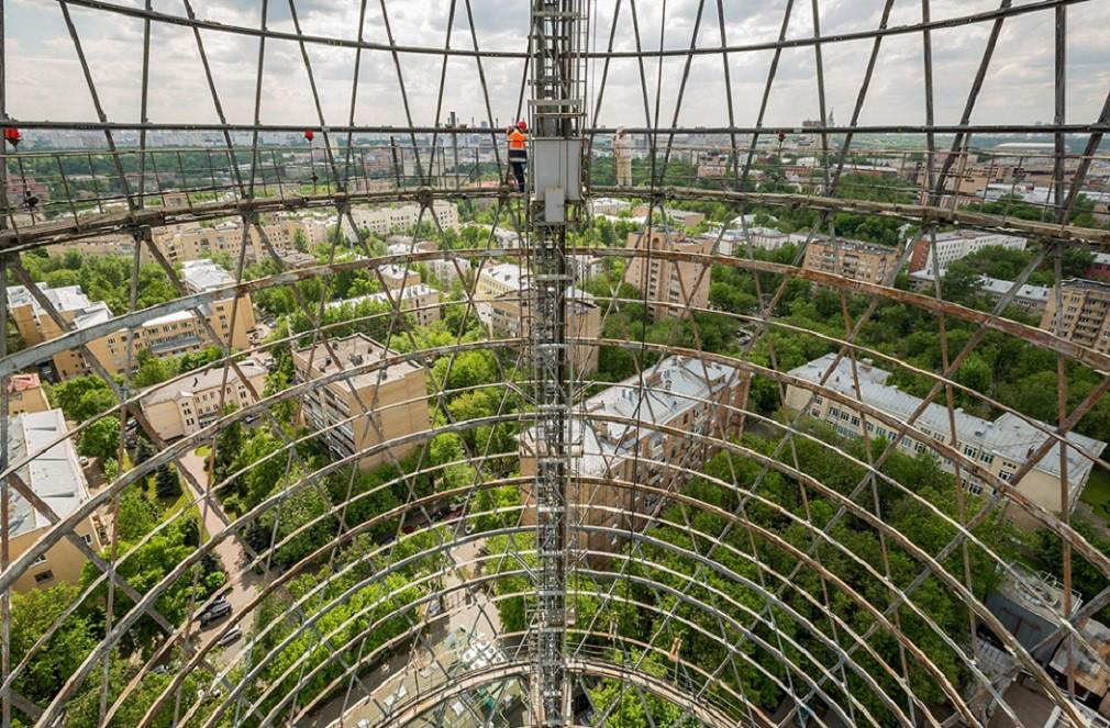 Последние 25 метров подъём осуществляется по старинке.