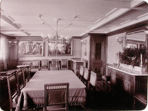 Вид части столовой для [пассажиров яхты].