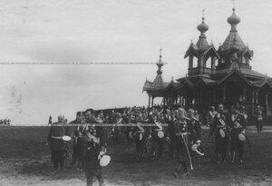 Император Николай II с генералитетом на парзднике полка. На заднем плане - новая церковь благоверного князя Александра Невского.