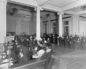 Операционный зал банка.